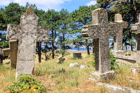 Vecchie croci di pietra sul cimitero Archivio Fotografico - 95361740