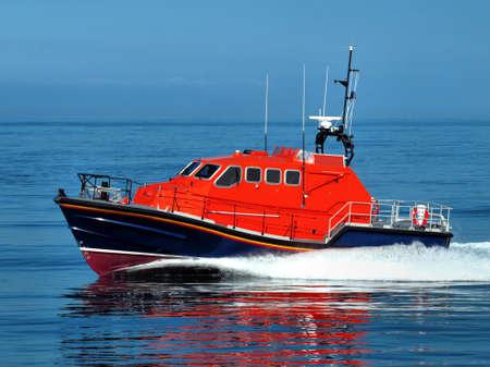 Rettungsboot im Gange mit Geschwindigkeit während der Übungen.