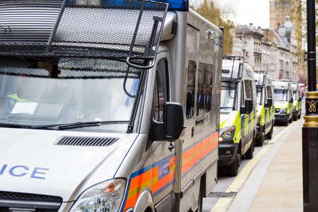 Furgoni della polizia di fila, Londra, Gran Bretagna, Regno Unito Archivio Fotografico - 79527635