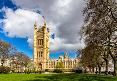 Westminster Abbey bekeken vanuit Victoria Tower Gardens, Londen, Verenigd Koninkrijk.
