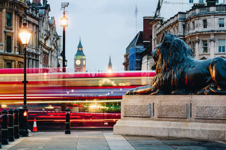 런던, 영국에서 밤 빅 벤을 향해 트라팔가 광장의 스트리트 뷰