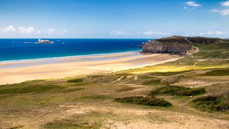 le cap: Beach Anse de Pen-Hat on the Presquile de Crozon, Parc naturel regional dArmorique. Finistere department, Crozon. Brittany (Bretagne), France.