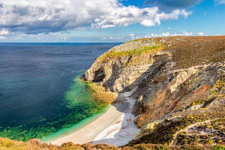 Playa escondida en Cap de la Chevre, Presqu'ile de Crozon, Parc naturel regional d'Armorique. Departamento de Finistere, Camaret-sur-Mer. Brittany (Bretagne), Francia. Foto de archivo - 81938844