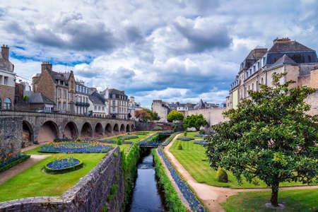 Château de l'Hermine est un ancien fort construit dans le château disparu des murs de la ville de Vannes, Bretagne (Bretagne) en France. Banque d'images - 83328133