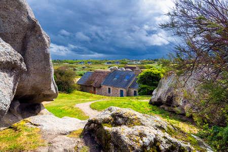 Kerlouan、フィニスター、ブルターニュ (ブルターニュ)、フランスの Meneham の村で岩の間の家