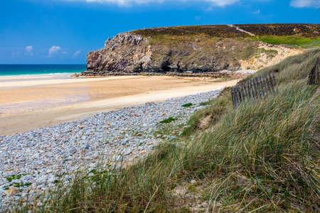 le cap: Playa Anse de Pen Hat en el Presqu'ile de Crozon, parque natural regional de Armorique. Departamento de Finistere, Crozon. Brittany (Bretagne), Francia.