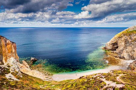 Hidden beach at Cap de la Chevre, Presqu'ile de Crozon, Parc naturel regional d'Armorique. Finistere department, Camaret-sur-Mer. Brittany (Bretagne), France.  Stockfoto
