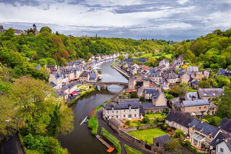Belle vue sur l'allée étroite et scénique avec des maisons historiques traditionnelles et des maisons pavées dans une vieille ville de Dinan avec un ciel bleu et des nuages. Bretagne (Bretagne), France Banque d'images - 84988217