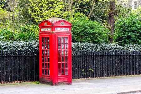 Cabine téléphonique rouge dans la rue avec une architecture historique à Londres. Banque d'images - 84851431