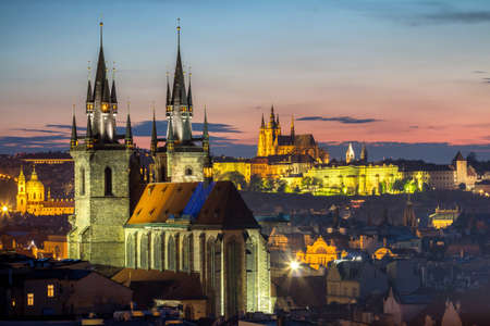 praga: Aerial view over Church of Our Lady before Tyn, Old Town and Prague Castle at sunset in Prague, Czech Republic