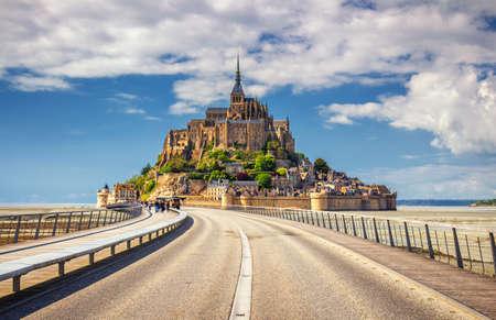 De berg van Saint Michael is een eilandcommune in Normandië. Het eiland heeft sinds de oudheid strategische vestingen en is de zetel van een klooster geweest. Stockfoto - 86254671