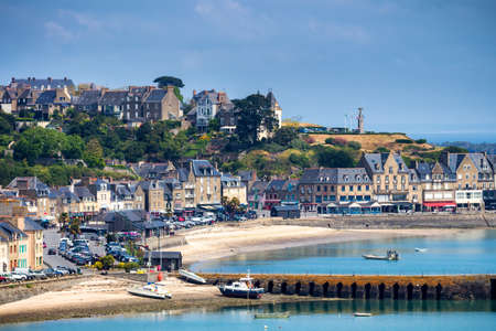 Panoramic view of Cancale, located on the coast of the Atlantic Ocean on the Baie du Mont Saint Michel, in the Brittany region of Western France 版權商用圖片 - 86254689