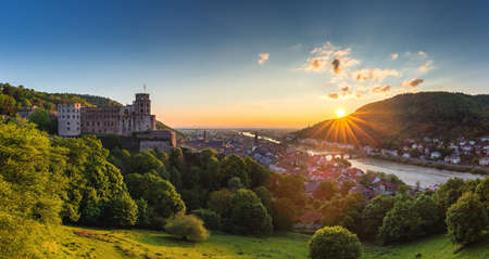 Città di Heidelberg con il famoso vecchio ponte e il castello di Heidelberg, Heidelberg, Germania Archivio Fotografico - 87400852