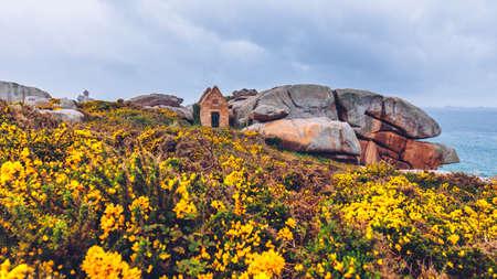 ピンクの花崗岩の海岸ビュー グラニット トレガステル (ペロス-ギレック)、フランス (ブルターニュ)、ブルターニュの岩します。