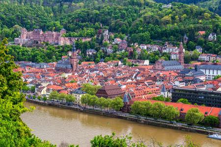 美しい中世の町ハイデルベルクのパノラマ カール テオドール ・古い橋、ネッカー川、聖霊、ドイツの教会などを含む