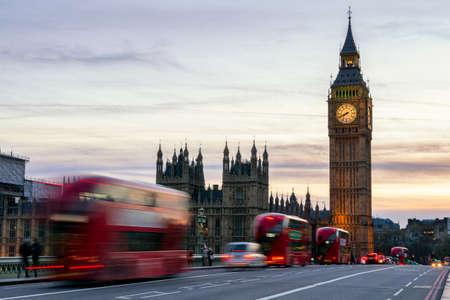 De Big Ben, House of Parliament en dubbeldekker bus vervaagd in beweging, Londen, VK