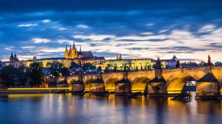 Карлов мост (Карлув Мост) и Малая Тауэрская башня, Прага летом на закате, Чехия Фото со стока