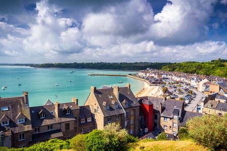 Vista panoramica di Cancale, situata sulla costa dell'Oceano Atlantico sulla Baie du Mont Saint Michel, nella regione della Bretagna della Francia occidentale Archivio Fotografico - 97996321