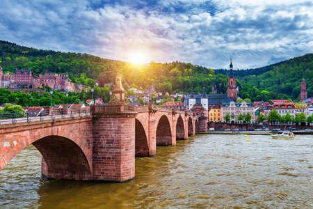Viejo puente Neckar y la ciudad de Heidelberg, Alemania Foto de archivo