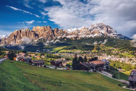 Widok na Cortinę D'Ampezzo z górą Pomagagnon w tle, Dolomity, Włochy, Południowy Tyrol.