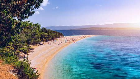 Zlatni Rat (Cabo de Oro o Cuerno de Oro) famosa playa turquesa en la ciudad de Bol en la isla de Brac, Dalmacia, Croacia. Playa de arena de Zlatni Rat en Bol en la isla de Brac de Croacia en verano. Foto de archivo