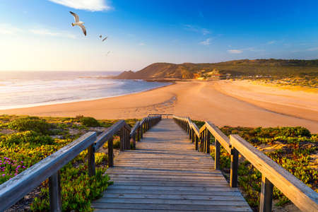 Wooden walkway to the beach Praia da Amoreira, District Aljezur, Algarve Portugal. 版權商用圖片 - 121938617