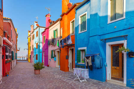Calle con coloridos edificios en la isla de Burano, Venecia, Italia. Arquitectura y monumentos de Burano, postal de Venecia. Canal escénico y colorida arquitectura en la isla de Burano, cerca de Venecia, Italia