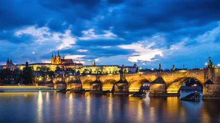 Famosa imagen icónica del castillo de Praga y el Puente de Carlos, Praga, República Checa. Concepto de viajes, turismo y turismo por el mundo.