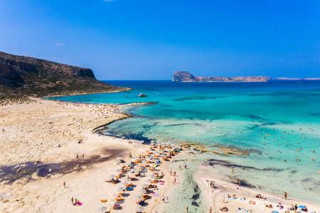 Niesamowity panoramiczny widok z lotu ptaka na słynną plażę Balos w lagunie Balos i piracką wyspę Gramvousa. Miejsce zbiegu trzech mórz (Egejskiego, Adriatyckiego, Libijskiego). Plaża Balos, Chania. Wyspa Kreta. Grecja. Europa. Zdjęcie Seryjne