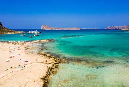 Luftaufnahme von Balos Strand in der Nähe der Insel Gramvousa auf Kreta. Magisches türkisfarbenes Wasser, Lagunen, Balos Strand mit reinem weißem Sand. Balos-Bucht auf Kreta-Insel, Griechenland.