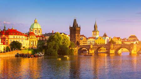Vista panoramica dell'architettura del molo della Città Vecchia e del Ponte Carlo sul fiume Moldava a Praga, Repubblica Ceca. Ponte Carlo iconico di Praga (Karluv Most) e Torre del Ponte della Città Vecchia al tramonto, Cechia.