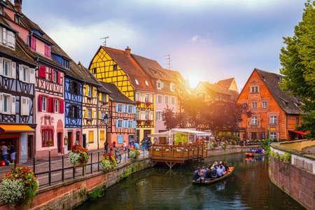 Colmar, Alsazia, Francia. Petite Venice, canale d'acqua e tradizionali case a graticcio. Colmar è un'incantevole cittadina dell'Alsazia, in Francia. Bella vista della città romantica colorata Colmar, Francia, Alsazia.