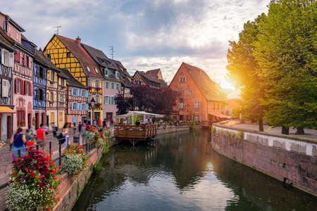 Colmar, Elzas, Frankrijk. Petite Venetië, waterkanaal en traditionele vakwerkhuizen. Colmar is een charmant stadje in de Elzas, Frankrijk. Prachtig uitzicht op de kleurrijke romantische stad Colmar, Frankrijk, Elzas.