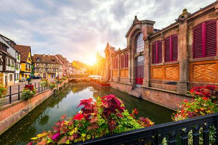 Colmar, Elsass, Frankreich. Petite Venice, Wasserkanal und traditionelle Fachwerkhäuser. Colmar ist eine charmante Stadt im Elsass, Frankreich. Schöne Aussicht auf die farbenfrohe romantische Stadt Colmar, Frankreich, Elsass.