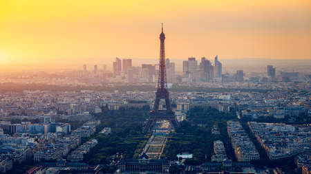 Panoramic aerial view of Paris, Eiffel Tower and La Defense business district. Aerial view of Paris at sunset. Panoramic view of Paris skyline with Eiffel Tower and La Defense. Paris, France. Banque d'images - 129074410