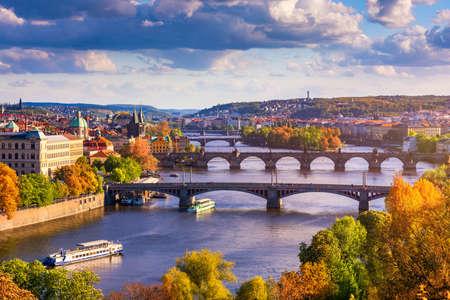 Vue d'automne au pont Charles sur la rivière Vltava à Prague, en République tchèque. Vue d'automne sur le pont Charles, la vieille ville de Prague et la rivière Vltava du point de vue populaire dans le parc Letna (Letenske sady).