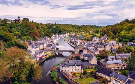 Der malerische mittelalterliche Hafen von Dinan an der Rance-Mündung, Bretagne (Bretagne), Frankreich Standard-Bild