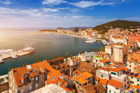 Split waterfront and Marjan hill aerial view, Dalmatia, Croatia. UNESCO World Heritage Site. Split panoramic view of town, Dalmatia, Croatia. 版權商用圖片