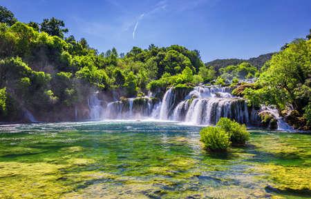 Piękny wodospad Skradinski Buk w Parku Narodowym Krka, Dalmacja, Chorwacja, Europa. Magiczne wodospady Parku Narodowego Krka w Splicie. Niesamowite miejsce do odwiedzenia w pobliżu Splitu w Chorwacji.