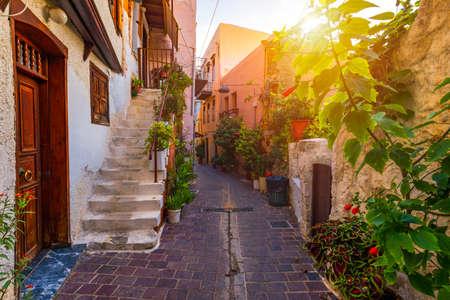 Ulica na starym mieście w Chanii, Kreta, Grecja. Urocze uliczki greckich wysp, Kreta. Piękna ulica w Chania, Kreta, Grecja. Letni krajobraz. Chania starej ulicy Krety, Grecja.