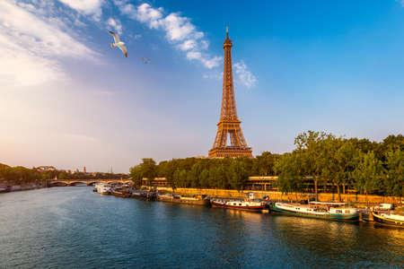 Parijs Eiffeltoren en rivier de Seine bij zonsondergang in Parijs, Frankrijk. De Eiffeltoren is een van de meest iconische bezienswaardigheden van Parijs. Eiffeltoren in de zomer, Parijs, Frankrijk. De Eiffeltoren in Parijs, Frankrijk. Stockfoto