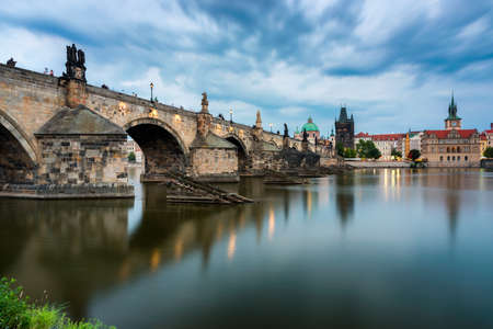 Karelsbrug in Praag in Tsjechië. Praag, Tsjechië. Karelsbrug (Karluv Most) en de oude stadstoren. rivier de Moldau en de Karelsbrug. Concept van wereldreizen, bezienswaardigheden en toerisme. Stockfoto