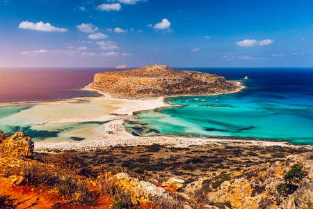 Fantastyczna panorama laguny Balos i wyspy Gramvousa na Krecie, Grecja. Czapka tigani pośrodku. Plaża Balos na wyspie Kreta, Grecja. Turyści odpoczywają i kąpią się w krystalicznie czystej wodzie plaży Balos. Zdjęcie Seryjne