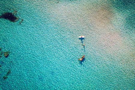 Luftdrohnenaufnahme des wunderschönen türkisfarbenen Strandes mit rosa Sand Elafonissi, Kreta, Griechenland. Die besten Strände des Mittelmeers, Strand von Elafonissi, Kreta, Griechenland. Berühmter Strand von Elafonisi auf der griechischen Insel Kreta.