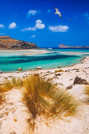 Balos Lagune und Insel Gramvousa auf Kreta mit Möwen fliegen über, Griechenland. Cap tigani in der Mitte. Balos-Strand auf Kreta-Insel, Griechenland. Kristallklares Wasser am Strand von Balos. Standard-Bild
