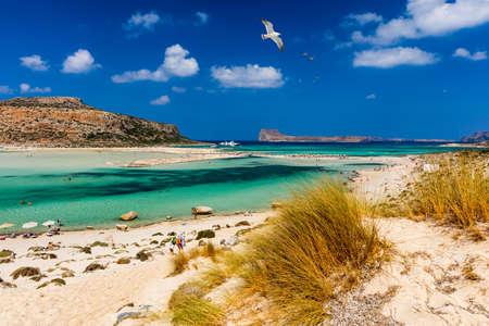 Balos Lagune und Insel Gramvousa auf Kreta mit Möwen fliegen über, Griechenland. Cap tigani in der Mitte. Balos-Strand auf Kreta-Insel, Griechenland. Kristallklares Wasser am Strand von Balos.