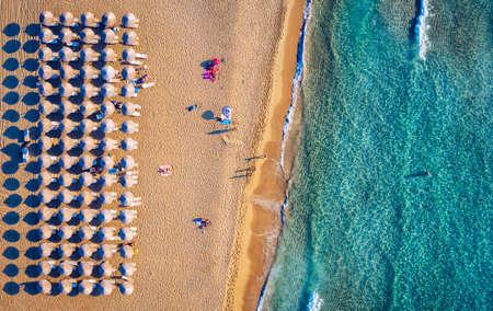 Luftaufnahme des schönen türkisfarbenen Strandes Falasarna (Falassarna) auf Kreta, Griechenland. Blick auf den berühmten paradiesischen Sandstrand von Falasarna (Falassarna) im Nordwesten, Kreta, Griechenland. Standard-Bild