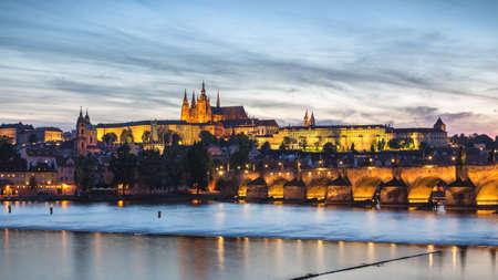 Prager Burg und die Karlsbrücke bei Sonnenuntergang in Prag, Tschechische Republik, Moldau im Vordergrund Standard-Bild