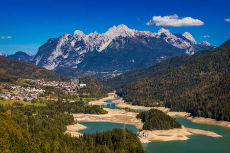 Panoramic view of lake of Centro Cadore in the Alps in Italy, Dolomites, near Belluno. View of Lake Calalzo, Belluno, Italy. Lake of Centro Cadore in the Alps in Italy, near Belluno. Banque d'images - 137152936