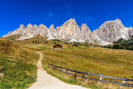 Panoramic view of Dolomite peaks of Pizes da Cir, Passo Gardena at Autumn, South Tyrol, Italy. Gardena Pass, Trentino Alto Adige, Italy. Passo Gardena, alpine pass between Val Badia and Val Gardena. Banque d'images - 137152937